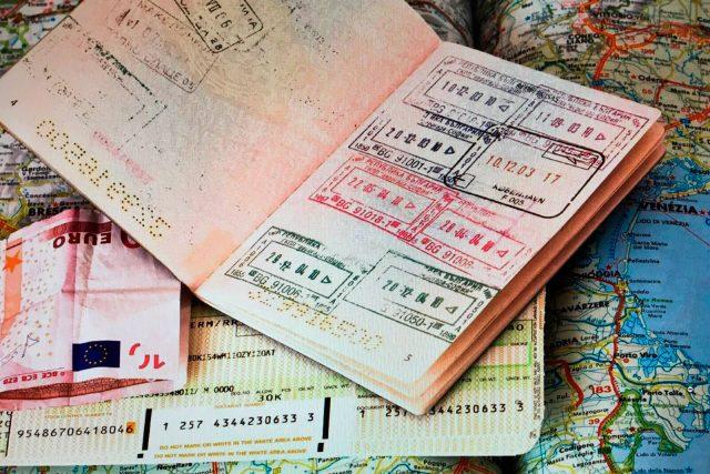При наличии визы можно устроиться на работу за границей